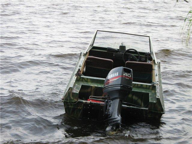 лодка Крым вид с кормы. Мотор Yamaha-40