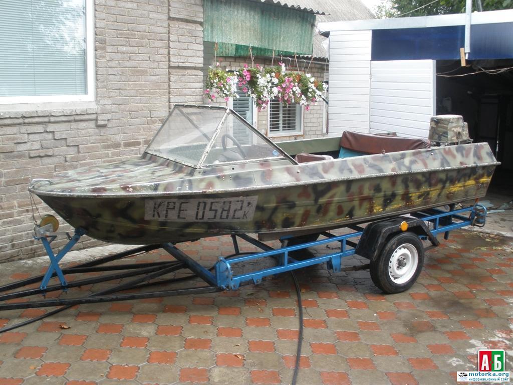 лодка Крым с мотором Вихрь на прицепе, вид сбоку