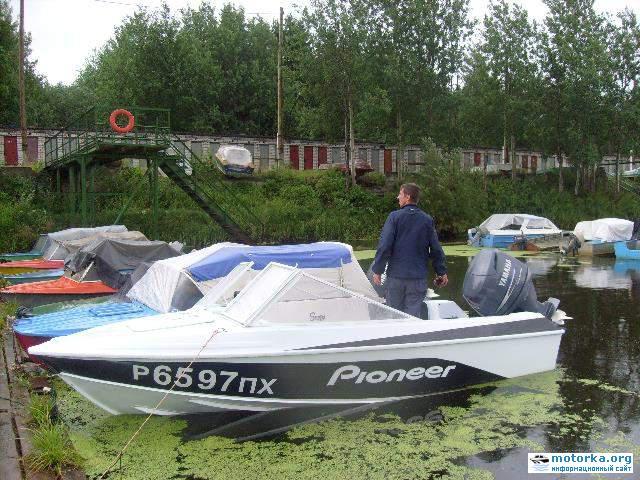 лодка Крым-3 у причала