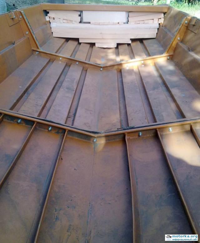 лодка Вид со стороны носа на кокпит лодки Автобот