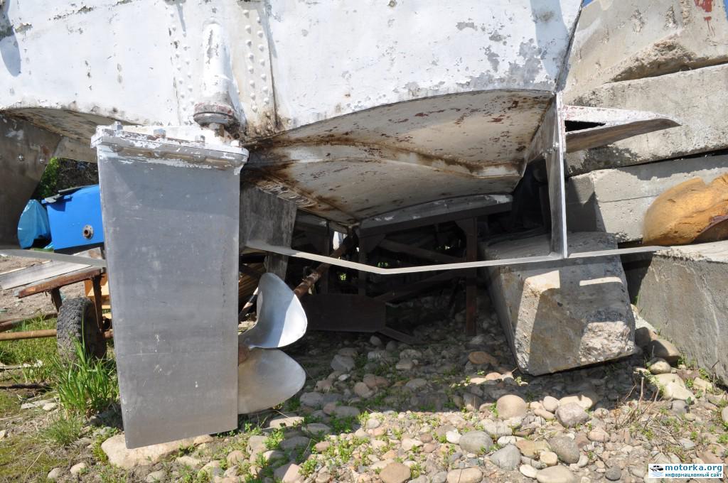 Катер Волга, вид на руль, винт и задние подводные крылья