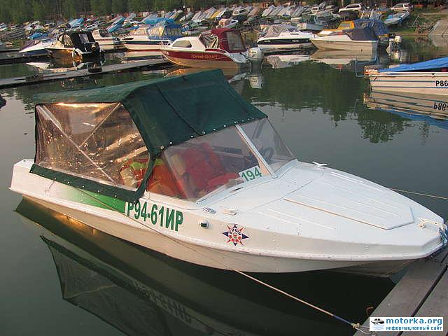 Моторная лодка Обь-М под тентом