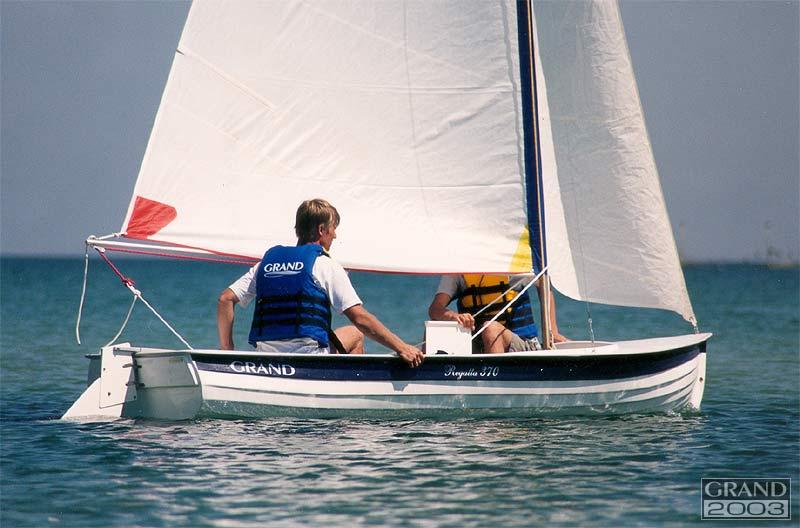 маленькая лодка с парусом купить