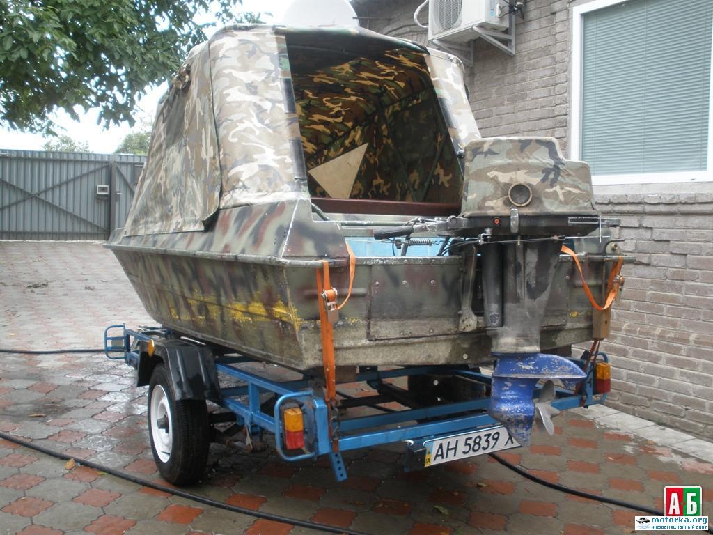 лодка Крым под тентом, вид с кормы