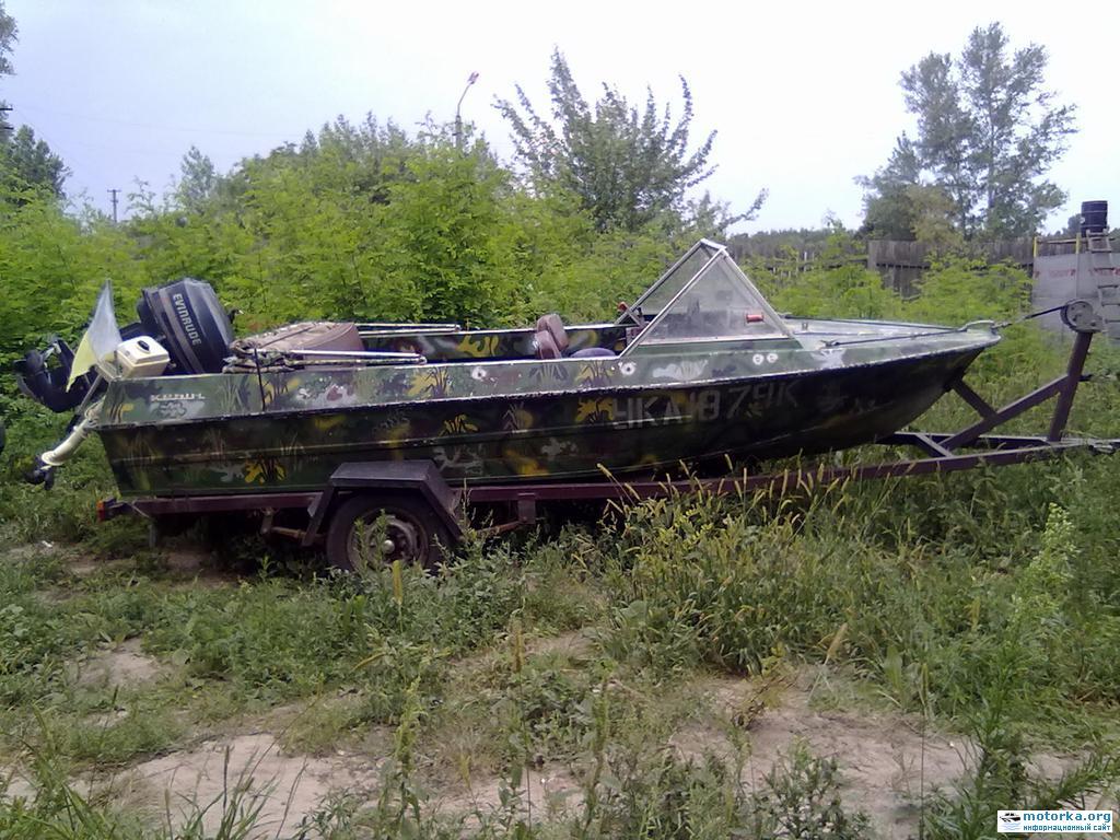 Мотолодка Крым с мотором Evinrude на лодочном прицепе, вид сбоку