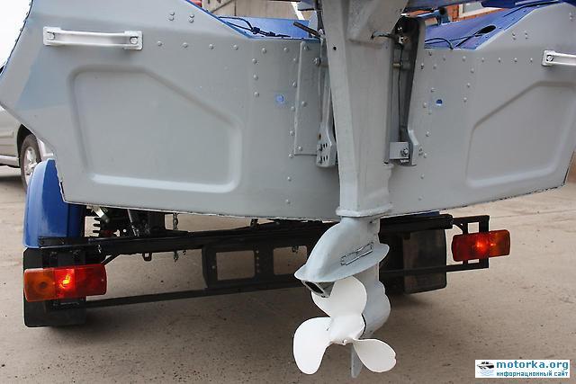 мотор на транце лодки Обь-М